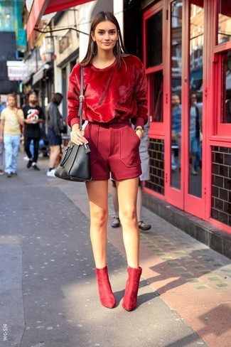 Cómo combinar unos pantalones cortos burdeos: Elige un jersey con cuello circular rojo y unos pantalones cortos burdeos para un look diario sin parecer demasiado arreglada. Botines de ante rojos son una opción inigualable para completar este atuendo.