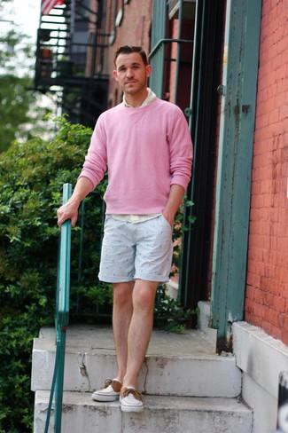 Cómo combinar: jersey con cuello circular rosado, camisa de manga larga de cuadro vichy amarilla, pantalones cortos estampados celestes, náuticos de lona blancos