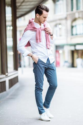 Cómo combinar: jersey con cuello circular rosado, camisa de vestir blanca, pantalón de vestir a cuadros azul, tenis blancos