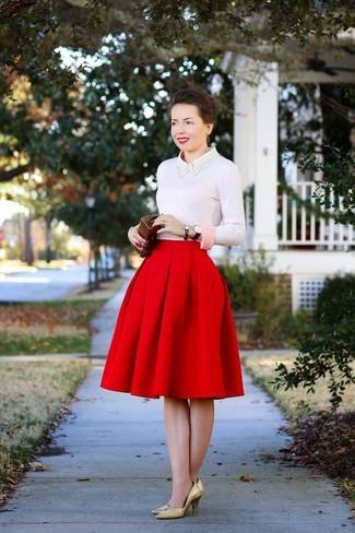 Para un atuendo que esté lleno de caracter y personalidad considera ponerse un jersey con cuello circular rosado y una falda campana roja. Completa el look con zapatos de tacón de cuero dorados.