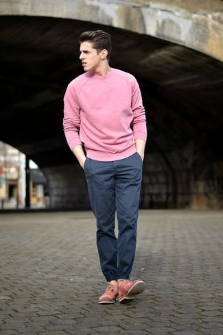 Cómo combinar: jersey con cuello circular rosado, pantalón chino azul marino, zapatos oxford de cuero rosados