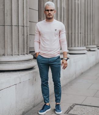 Cómo combinar: jersey con cuello circular rosado, pantalón chino azul, tenis de ante azules, reloj plateado