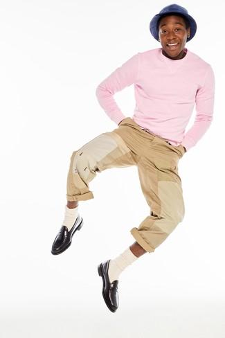 Cómo combinar: jersey con cuello circular rosado, pantalón chino marrón claro, mocasín de cuero en marrón oscuro, calcetines en beige