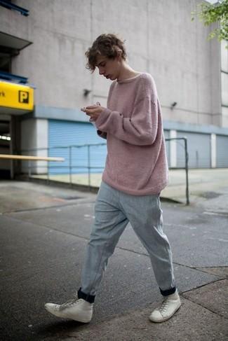 Cómo combinar: jersey con cuello circular rosado, pantalón de chándal gris, zapatillas altas de cuero blancas