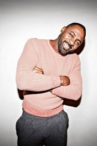 Look de Idris Elba: Jersey con Cuello Circular Rosado, Pantalón de Vestir de Lana Gris