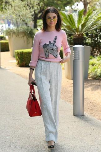 Cómo combinar: jersey con cuello circular estampado rosado, pantalones anchos de lana grises, zapatos de tacón de cuero negros, bolsa tote de cuero roja