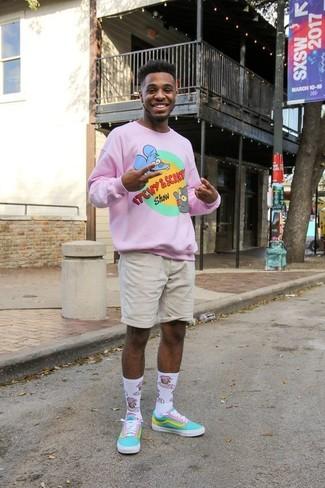 Cómo combinar: jersey con cuello circular estampado rosado, pantalones cortos en beige, tenis de lona en turquesa, calcetines estampados blancos