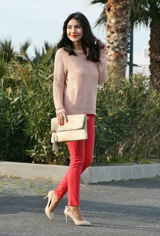 Cómo combinar: jersey con cuello circular rosado, vaqueros pitillo rojos, zapatos de tacón de cuero en beige, cartera sobre de cuero en beige