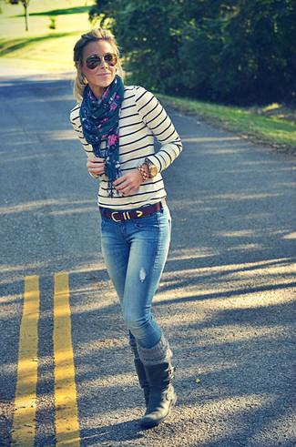 Look de moda: Jersey con cuello circular de rayas horizontales en blanco y azul marino, Vaqueros azules, Botas a media pierna de cuero negras, Correa de cuero en marrón oscuro