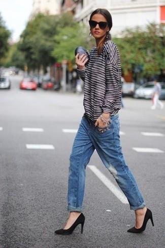 Un jersey con cuello circular de rayas horizontales en blanco y negro y unos vaqueros boyfriend desgastados azules son una gran fórmula de vestimenta para tener en tu clóset. ¿Te sientes valiente? Opta por un par de zapatos de tacón de ante negros.