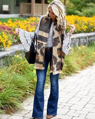 Cómo combinar: jersey con cuello circular de rayas horizontales en blanco y negro, vaqueros de campana azules, zapatos de tacón de ante de leopardo marrón claro, bolsa tote de cuero negra