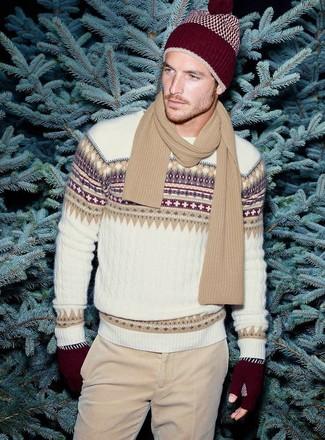 Cómo combinar: jersey con cuello circular de grecas alpinos blanco, vaqueros de pana en beige, gorro burdeos, bufanda marrón claro