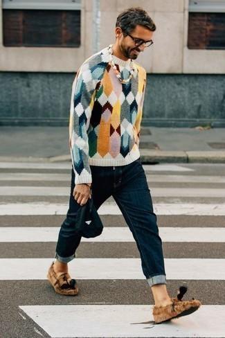 Look de moda: Jersey con cuello circular en multicolor, Vaqueros azul marino, Mocasín con borlas de lona marrón claro, Bolso con cremallera de lona azul marino