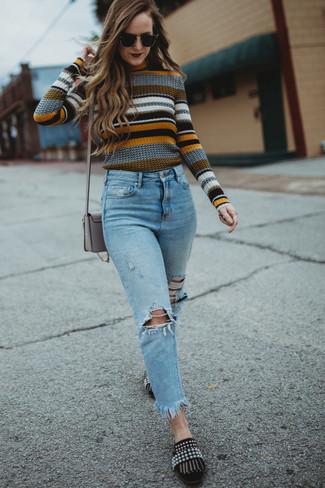Outfits mujeres: Un jersey con cuello circular de rayas horizontales en multicolor y unos vaqueros desgastados celestes son una opción incomparable para el fin de semana. Complementa tu atuendo con mocasín de ante con adornos negros para mostrar tu lado fashionista.