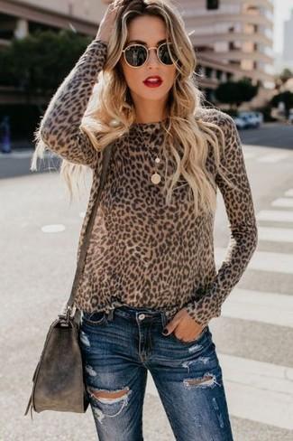 Look de moda: Jersey con cuello circular de leopardo marrón, Vaqueros pitillo desgastados azul marino, Bolso bandolera de cuero en marrón oscuro, Gafas de sol negras
