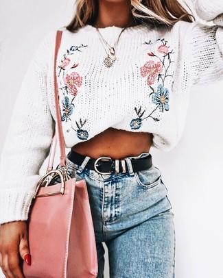 Cómo combinar: jersey con cuello circular bordado blanco, vaqueros pitillo celestes, bolso bandolera de cuero rosado, correa de cuero negra