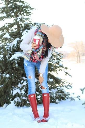 Cómo combinar: jersey con cuello circular de angora en beige, vaqueros pitillo desgastados azules, botas de lluvia rojas, sombrero de lana en beige