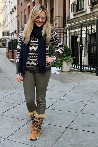 Cómo combinar: jersey con cuello circular de grecas alpinos marrón, vaqueros pitillo verde oliva, botas para la nieve marrón claro, bufanda azul marino