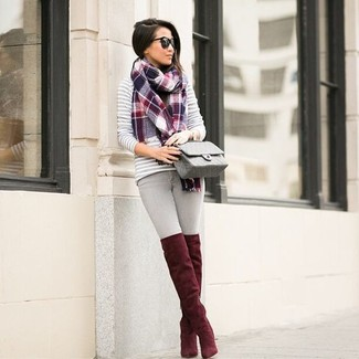 Cómo combinar: jersey con cuello circular de rayas horizontales gris, vaqueros pitillo grises, botas sobre la rodilla de ante rojas, bolso bandolera de cuero acolchado gris