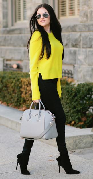 Cómo combinar: jersey con cuello circular amarillo, vaqueros pitillo negros, botines de ante negros, bolso de hombre de cuero gris