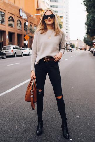 Cómo combinar una correa de cuero en marrón oscuro: Considera emparejar un jersey con cuello circular en beige con una correa de cuero en marrón oscuro para un look agradable de fin de semana. Botines de cuero negros son una opción atractiva para complementar tu atuendo.