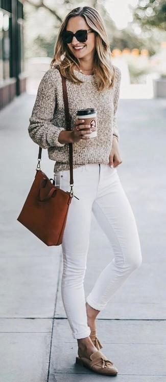 Cómo combinar: jersey con cuello circular de lana rizada en beige, vaqueros pitillo blancos, mocasín con borlas de ante marrón claro, bolso bandolera de cuero en tabaco