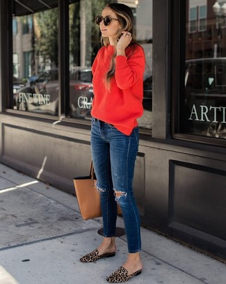 Cómo combinar: jersey con cuello circular rojo, vaqueros pitillo desgastados azul marino, mocasín de pelo de becerro de leopardo marrón claro, bolsa tote de cuero marrón claro