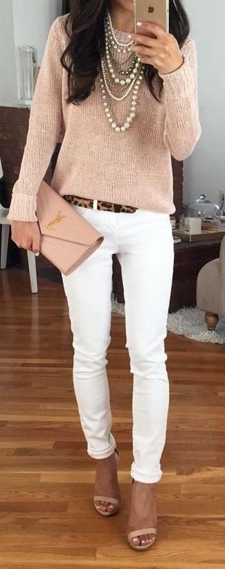 Cómo combinar: jersey con cuello circular en beige, vaqueros pitillo blancos, sandalias de tacón de cuero en beige, cartera sobre de cuero en beige