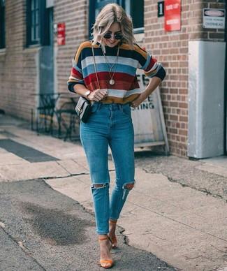 Cómo combinar: jersey con cuello circular de rayas horizontales en multicolor, vaqueros pitillo desgastados azules, sandalias de tacón de ante naranjas, bolso bandolera de cuero negro
