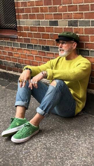 Cómo combinar: jersey con cuello circular en amarillo verdoso, vaqueros pitillo desgastados azules, tenis de ante verdes, gorra inglesa verde oliva