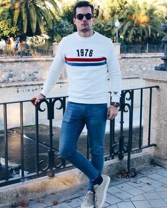 Cómo combinar: jersey con cuello circular estampado blanco, vaqueros pitillo azules, tenis de cuero grises, gafas de sol azul marino