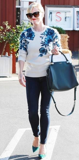Cómo combinar: jersey con cuello circular con print de flores en blanco y azul, vaqueros pitillo azul marino, zapatos de tacón de ante en verde azulado, bolsa tote de cuero azul marino