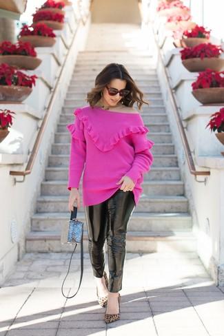 Cómo combinar: jersey con cuello circular rosa, vaqueros pitillo de cuero negros, zapatos de tacón de ante de leopardo marrón claro, bolso bandolera azul