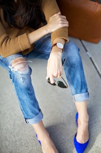 Cómo combinar: jersey con cuello circular marrón claro, vaqueros desgastados azules, zapatos de tacón de ante azules, bolsa tote de cuero en tabaco