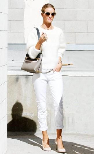 Cómo combinar: jersey con cuello circular de angora blanco, vaqueros blancos, zapatos de tacón de ante en beige, bolso bandolera de cuero gris