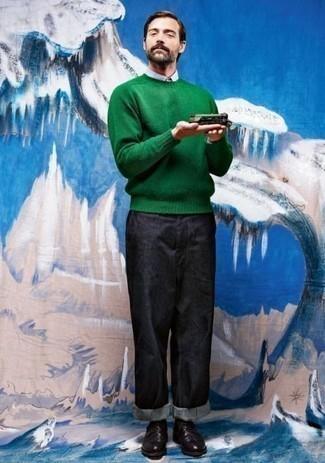 Cómo combinar un jersey con cuello circular verde: Empareja un jersey con cuello circular verde junto a unos vaqueros azul marino para una vestimenta cómoda que queda muy bien junta. Con el calzado, sé más clásico y complementa tu atuendo con zapatos derby de cuero negros.