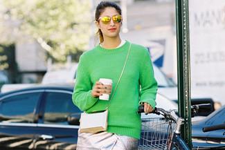 Para crear una apariencia para un almuerzo con amigos en el fin de semana usa una camiseta y una falda lápiz plateada.