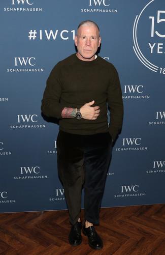 Look de Nick Wooster: Jersey con cuello circular verde oliva, Camiseta con cuello circular blanca, Vaqueros de pana negros, Zapatos oxford de cuero negros