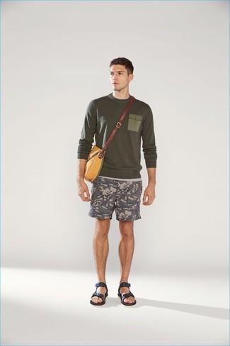 Cómo combinar: jersey con cuello circular verde oliva, pantalones cortos de camuflaje grises, sandalias de cuero azul marino, bolso mensajero de lona mostaza