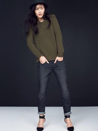Cómo combinar: jersey con cuello circular verde oliva, vaqueros en gris oscuro, zapatos de tacón de ante negros, sombrero de lana negro