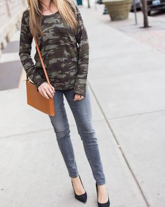Cómo combinar: jersey con cuello circular de camuflaje verde oliva, vaqueros grises, zapatos de tacón de ante negros, bolso bandolera de cuero marrón claro