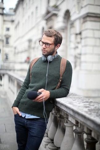 Cómo combinar: jersey con cuello circular verde oscuro, camisa de manga larga celeste, vaqueros azul marino, mochila de lona marrón claro