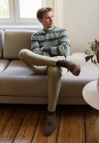 Outfits hombres estilo casual elegante: Intenta ponerse un jersey con cuello circular de rayas horizontales verde oscuro y un pantalón chino marrón claro para un look diario sin parecer demasiado arreglada. Opta por un par de mocasín con borlas de ante marrón para mostrar tu inteligencia sartorial.