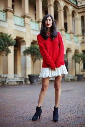 Cómo combinar: jersey con cuello circular rojo, vestido amplio a lunares blanco, botines de ante azul marino, bolso bandolera de cuero negro