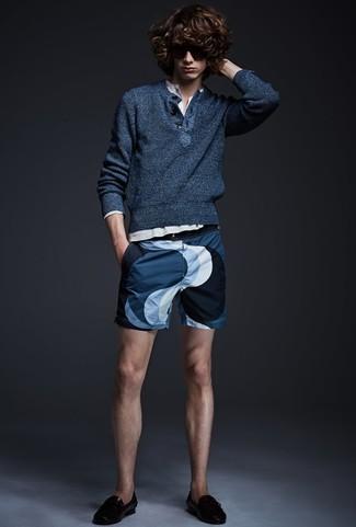 Cómo combinar: jersey con cuello henley azul marino, camiseta henley de manga larga blanca, pantalones cortos estampados azul marino, mocasín con borlas de cuero negro