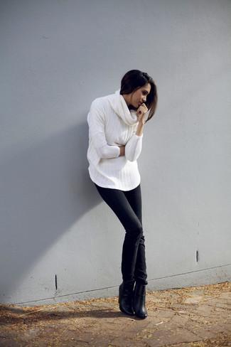 Cómo combinar: jersey con cuello vuelto holgado blanco, vaqueros pitillo negros, botines de cuero negros