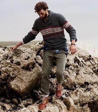 Cómo combinar: jersey con cuello vuelto holgado de grecas alpinos en gris oscuro, camisa de manga larga de tartán azul, pantalón chino gris, botas casual de cuero marrónes
