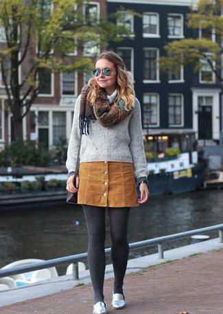 Cómo combinar: jersey con cuello vuelto holgado gris, falda con botones de ante marrón claro, mocasín de cuero plateados, bolso bandolera de cuero en marrón oscuro
