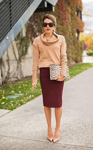 Cómo combinar: jersey con cuello vuelto holgado marrón claro, falda lápiz burdeos, zapatos de tacón de cuero en beige, cartera sobre de cuero de leopardo en beige
