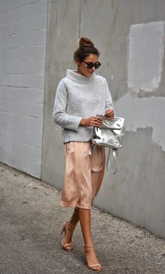 Cómo combinar: jersey con cuello vuelto holgado gris, falda midi de seda rosada, sandalias de tacón de cuero en beige, mochila de cuero gris